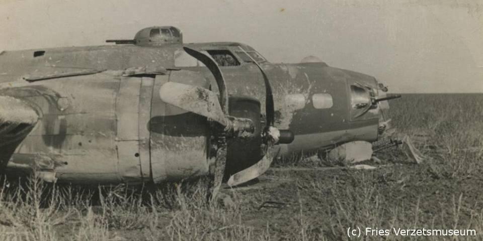 De Amerikaanse B-17G bommenwerper van piloot Wally Emmert die op 8 oktober 1943 nabij Urk een noodlanding maakte met alle bommen nog aan boord.