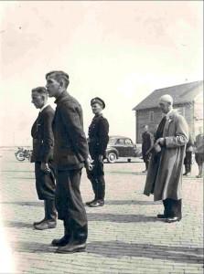 A.J. Knipmeijer (2e van links) en S. Smeding (1e van rechts) tijdens de bevrijding van Emmeloord, 1945.