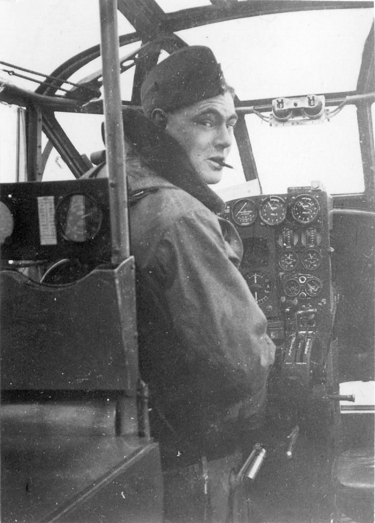 Bill Tudhope op 7 maart 1939 tijdens zijn opleiding in een Avro Anson instructietoestel. (foto: Tudhope family, Anne Smith)
