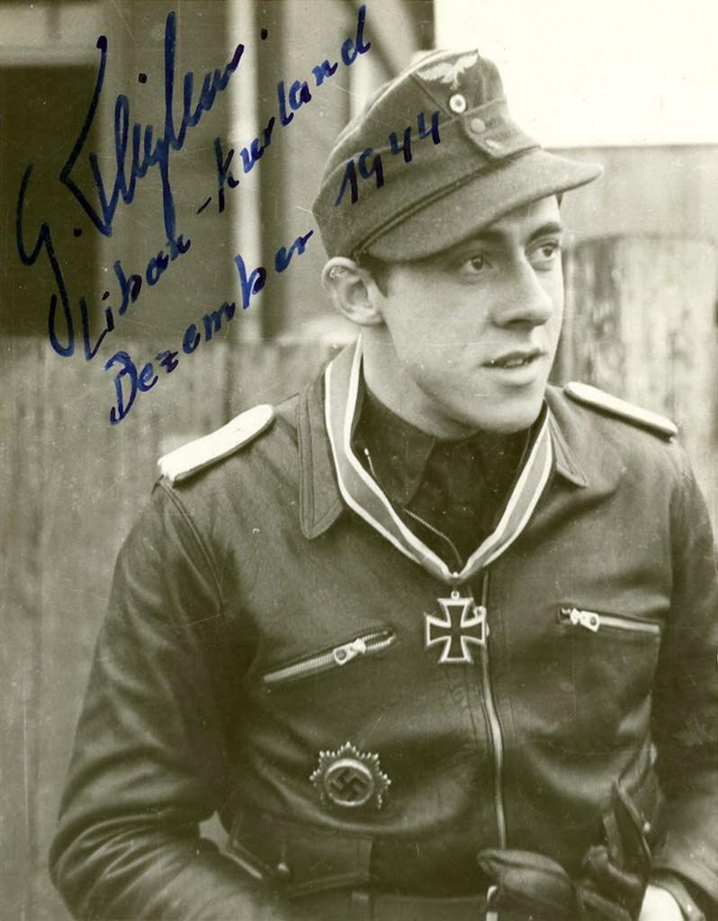 Oberleutnant Gerhard Thyben gefotografeerd in december 1944. Hij overleefde de oorlog na 157 overwinningen.