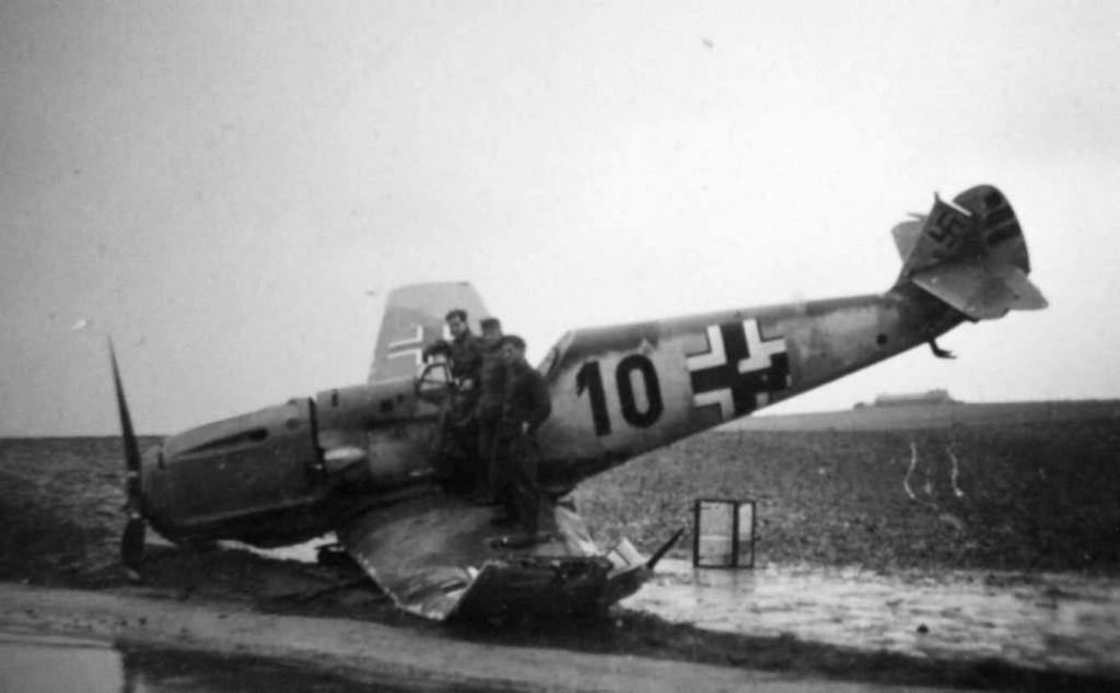 Een Messerschmitt Bf-109 na een noodlanding (www.worldwarphotos.info)