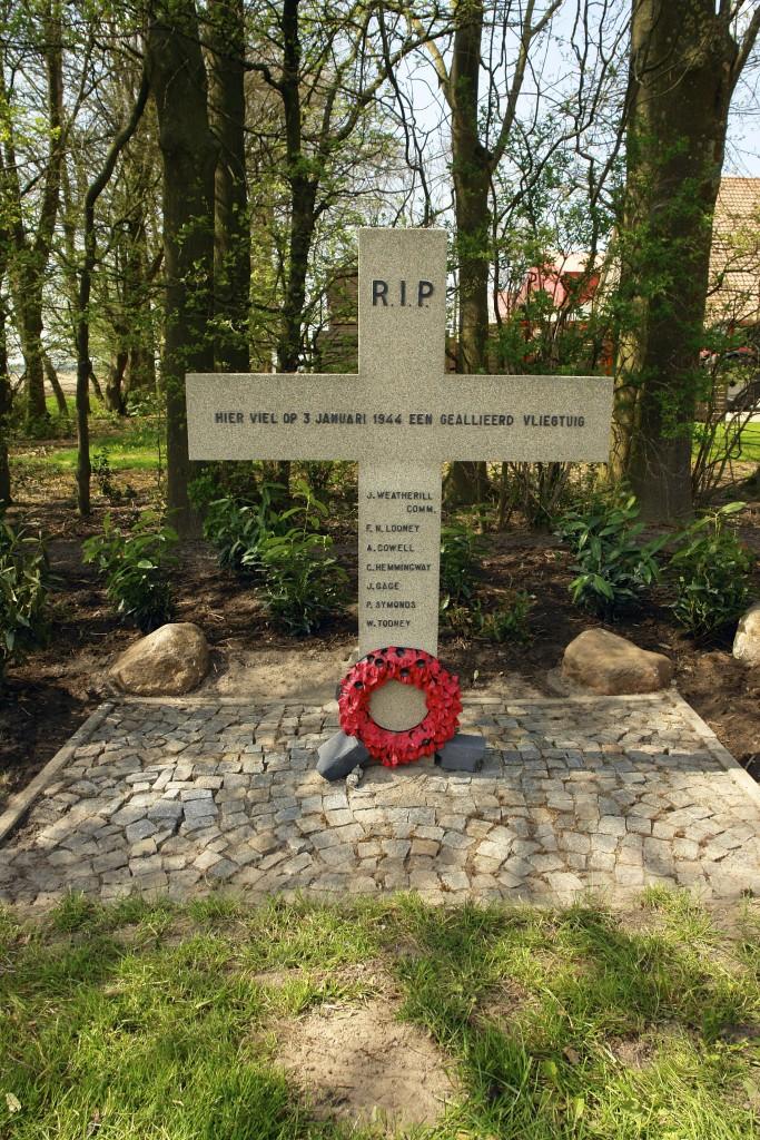 Vlak na de Tweede Wereldoorlog werd er langs de Lindeweg een betonnen herdenkingskuis opgericht met de namen van de 7 bemanningsleden.