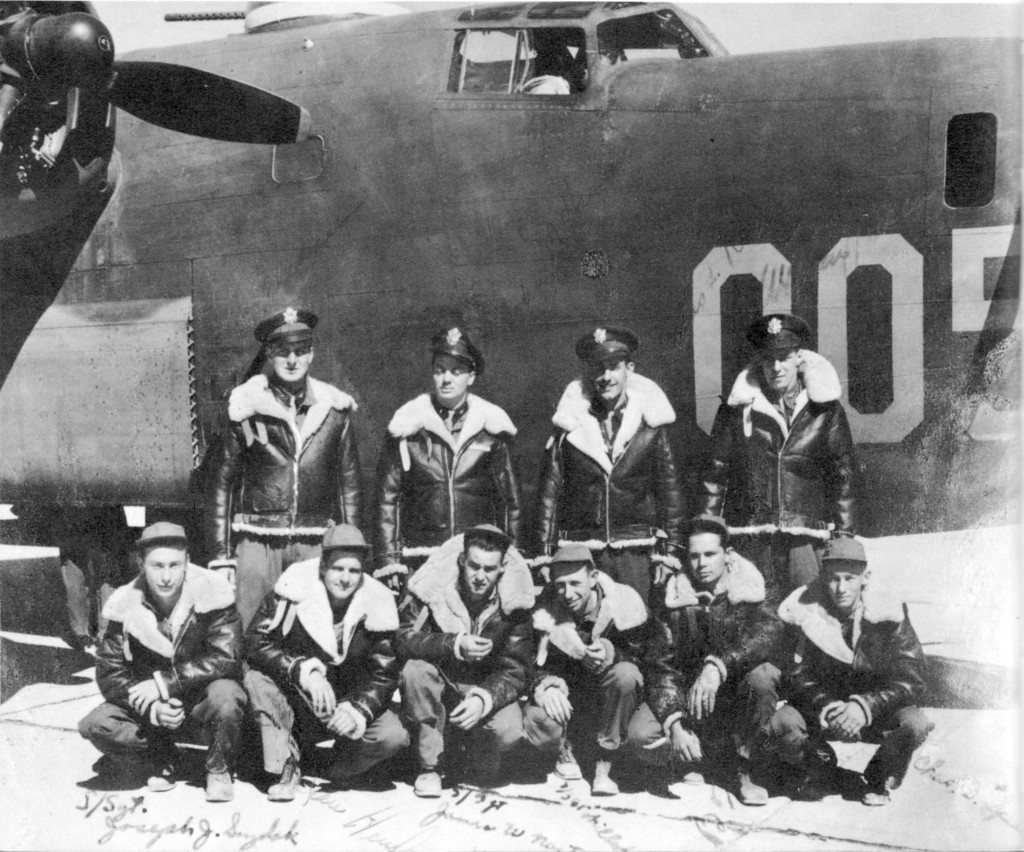 Piloot Leroy Hansen en zijn bemanning nog in de VS op Clovis Airforce Base in New Mexico in 1943 voordat ze via IJsland naar Europa vlogen om deel te nemen aan de oorlog. Achter vlnr: LeRoy M. Hansen (Piloot), John D. Hanson (Co-Piloot), Charles L. Rouser (Bommenrichter), en Wilbur J. Pecka (Navigator) Voorste rij vlnr: Joseph J. Suzdak, Dan S. Henderson, James W. Norton, Wilbert C. Schatte, Boyd B. Baker, and Charles G. Spearman (allen boordschutters) Bommenrichter op 13 Nov 1943 was 2nd Lt. William H. Topping, niet op deze foto.
