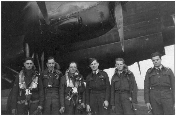 Piloot 'Reg' Airy (4e van links) - met zijn bemanning (bron: teunispats.nl).