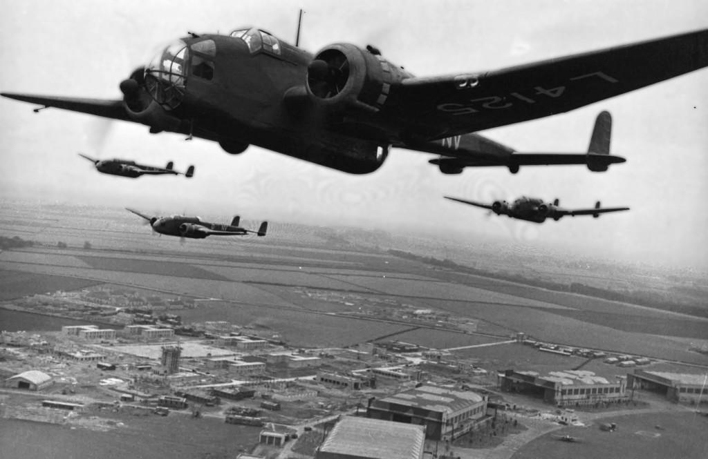 Een groep Handley Page Hampdens maken een formatievlucht over hun vliegveld (Bron: www.hameldownboys.com)