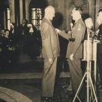 Marten Kingma ontvangt in 1952 het Verzetskruis uit handen van Prins Bernhard.