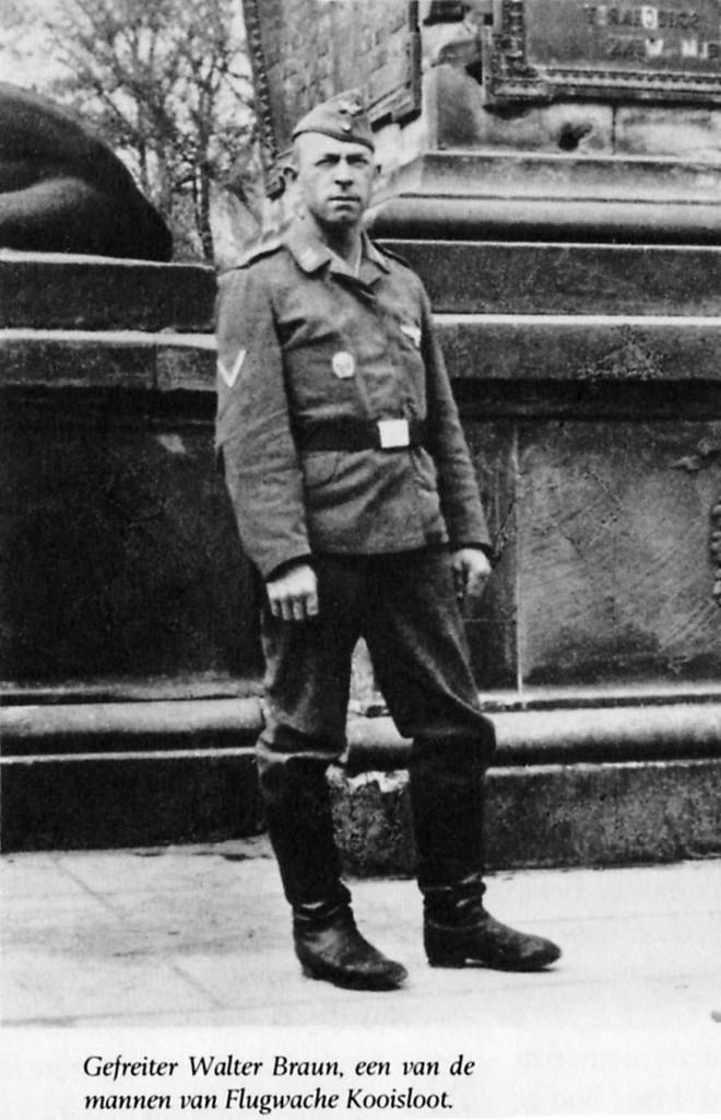 De Duitse soldaat Walter Braun van Fluchwache Kooisloot op de dijk bij Schoterbrug