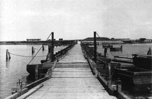 De Noodbrug bij Ramspol gezien vanaf het Kampereiland. Het vormde een belangrijke toegang voor arbeiders naar de polder.