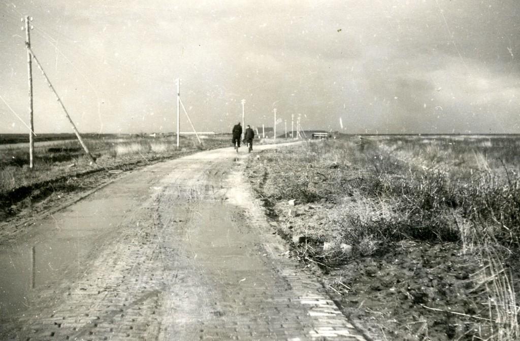 Twee fietsers op weg naar Dorp A (Emmeloord) in februari 1944.