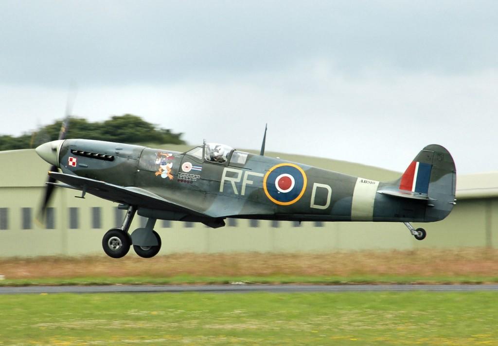 Spitfire Mk. 5b in de kleuren van de Poolse 303 Squadron.