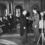 In 1952 ontving Mr. Jan Jacob Jelte van Kluyve het Verzetskruis (Kruis van Verdienste) uit handen van Prins Bernhard. (foto: Anneke van Kluyve (dochter).